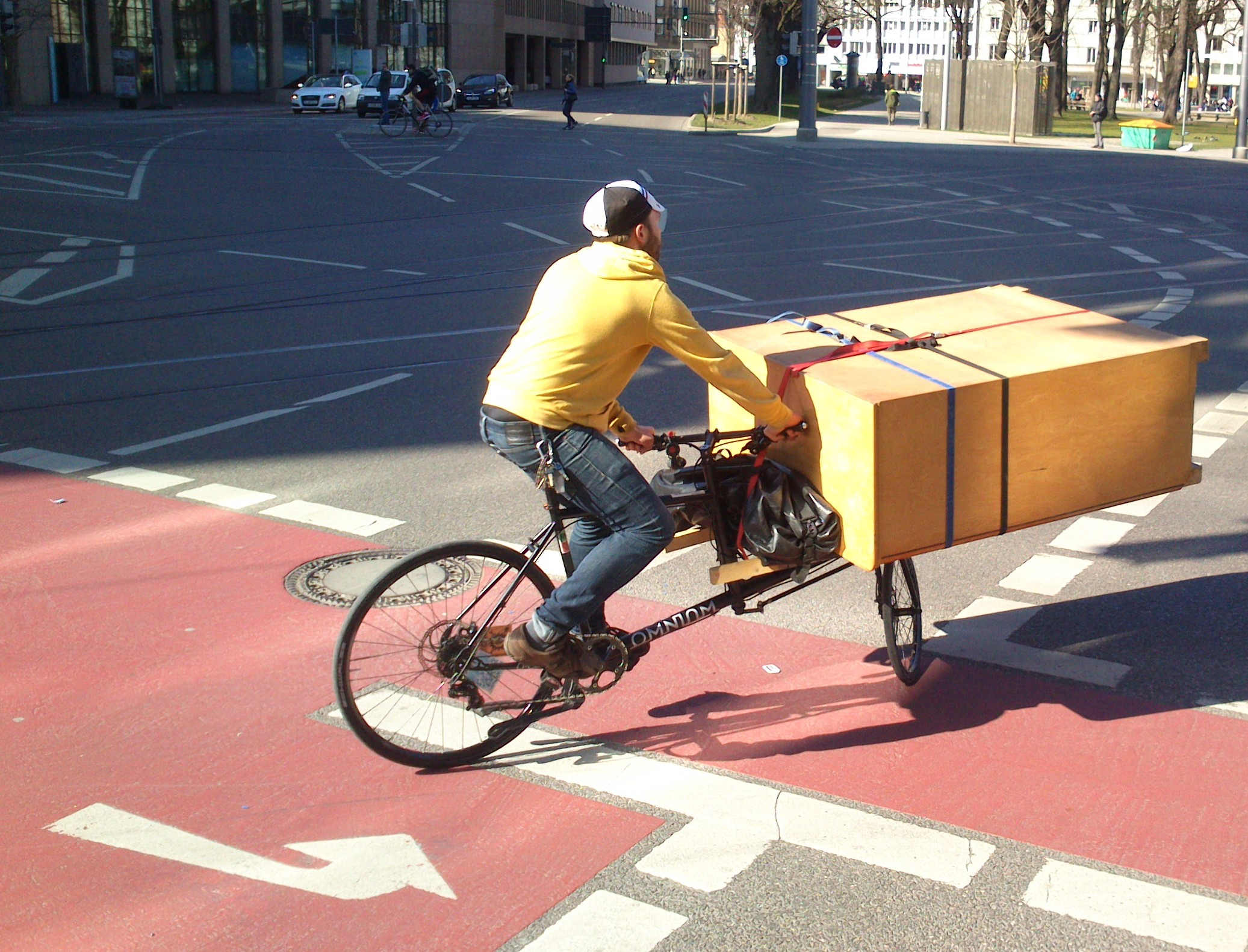 Omnium cargo bike trackstanding with cargo: closet